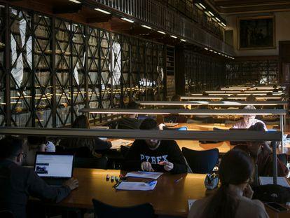 Estudiantes en la biblioteca de la Universidad de Barcelona.
