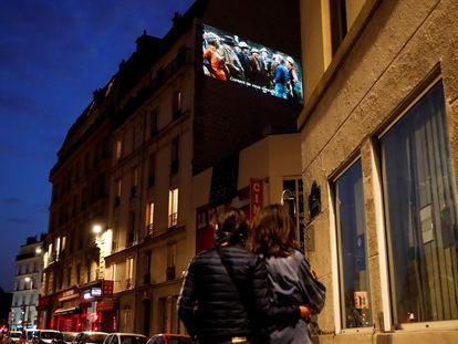 El cine La Clef es el único que sigue proyectando películas en París, en un muro exterior