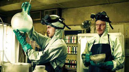 Aaron Paul (izquierda) y Bryan Cranston, ambos galardonados en los premios Emmy, en un fotograma de 'Breaking bad'.