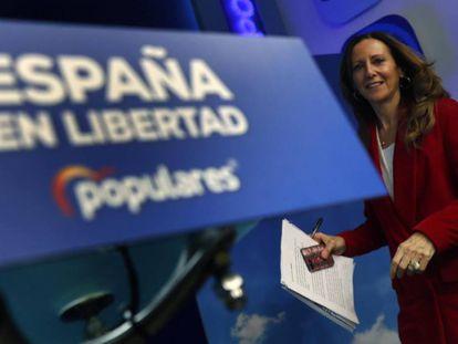 La vicesecretaria de Comunicación del Partido Popular, Marta González, junto al nuevo logo del PP.