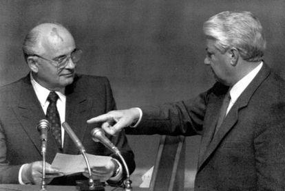 El Presidente Ruso, Boris Yeltsin apunta al Presidente Soviético, Mijail Gorbachov, durante una sesión en el Parlamento Ruso, durante el Golpe de Estado en la Unión Soviética en Agosto de 1991.
