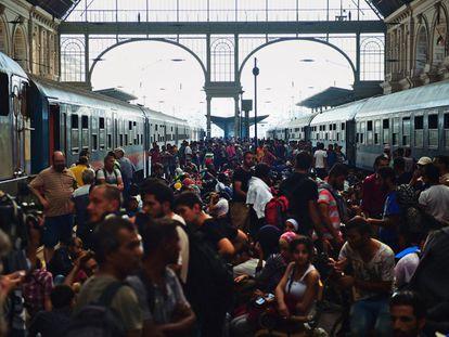 Hungría ha cerrado durante más de una hora la estación de ferrocarriles del este de Budapest, donde cientos de migrantes intentaban subirse a trenes rumbo a Austria y Alemania. En la imagen, refugiados en la estación de Budapest.