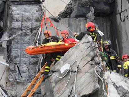 Davide Capello salió ileso tras una caída de decenas de metros con su coche por el colapso del viaducto Morandi en Génova (Italia)