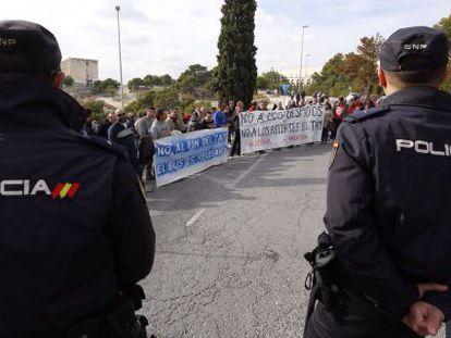 Una protesta espera a Fabra en el CDT de Alicante