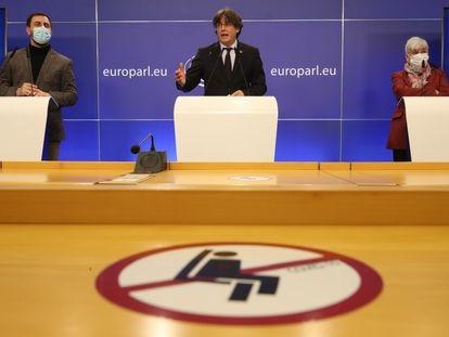 De izquierda a derecha, Comín, Puigdemont y Ponsatí comparecen este martes tras conocer que el Europarlamento levantaba su inmunidad.
