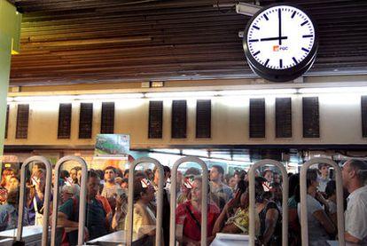 La estación barcelonesa de Plaza de Catalunya, ayer a las nueve de la mañana.
