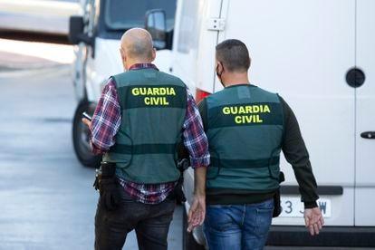 Dos agentes de la Guardia Civil, en El Rincón de la Victoria (Málaga).