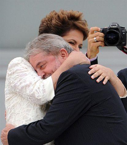 Un emocionado Lula abraza a su sucesora en el cargo de la presidencia de Brasil.