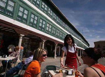 Plaza Mayor de Almagro (Ciudad Real), enclave de la ruta Pedro Almodóvar (en una de sus casonas rodó escenas de <i>Volver).</i>