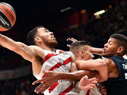 Tavares intenta parar a Mike James