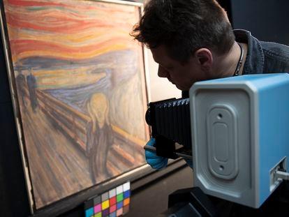 Uno de los investigadores toma una fotografía infrarroja de 'El grito' de Edvard Munch.