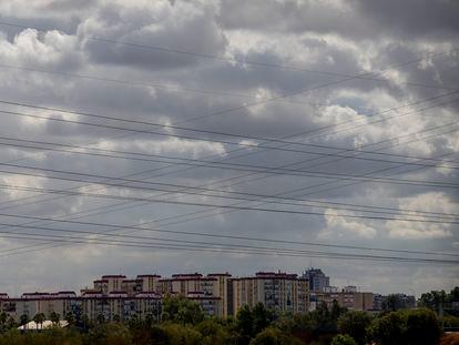 Tendido eléctrico cerca de un barrio de Sevilla.