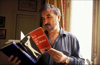 Jean-Claude Carrière, con su primer libro Las vacaciones del Sr. Hulot, inspirado en la película de Jacques Tati, en una imagen de 1992.