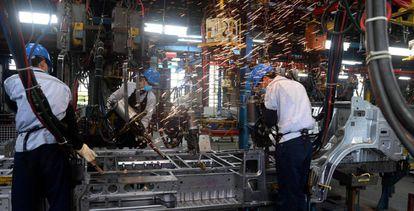 Trabajadores vietnamitas en la cadena de montaje de una planta de Ford en el país.