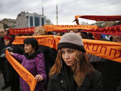 """Manifestación en solidaridad con los académicos procesados este martes en Estambul. En las pancartas se lee: """"No toques a mi profesor"""""""
