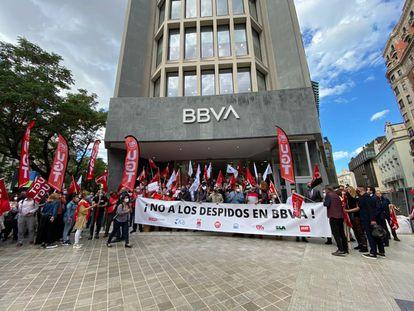 Manifestación de los empleados del BBVA en Valencia, el 10 de mayo de 2021, contra los despidos en el banco.