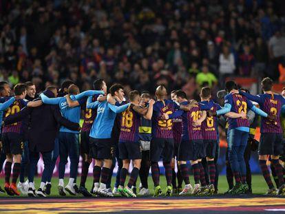Los jugadores del Barça celebran el título.