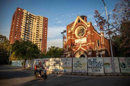 La iglesia San Francisco de Borja, perteneciente a la policía, ha estado cerrada desde el incendio durante las protestas de octubre del año pasado.