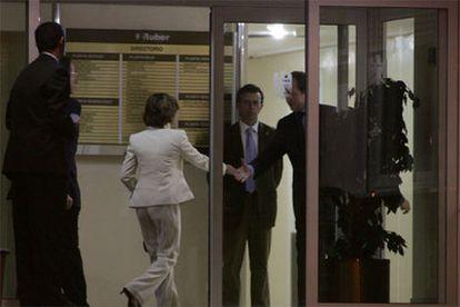 Dos hombres introducen un moisés en la clínica Ruber Internacional poco después del ingreso de la princesa de Asturias.