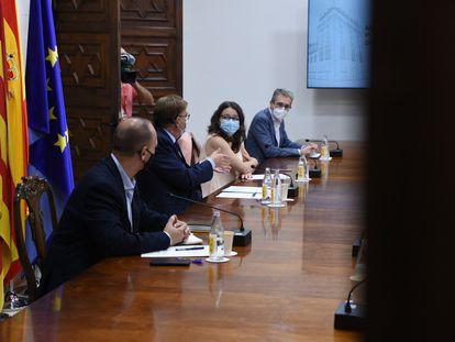 El presidente de la Generalitat, Ximo Puig, en el centro, acompañado de los vicepresidentes Mónica Oltra y Rubén Martínez Dalmau, y del consejero Arcadi España, durante la reunión de la Mesa Interdepartamental contra la covid.