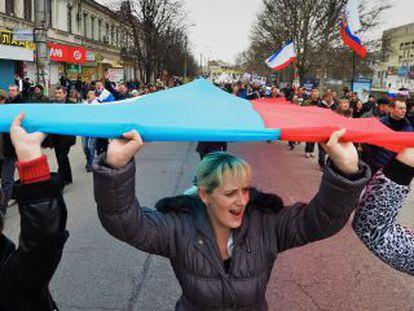Manifestantes pro rusos marchan a las afueras del Parlamento de Crimea en SImferópol el sábado.