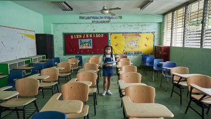 Una estudiante en una clase vacía de Panamá.