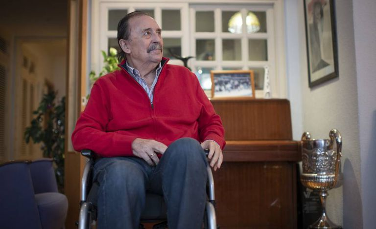 Juan De Dios Román, en su casa de Madrid, a principios de enero junto al Premio Nacional del Deporte que recibió.
