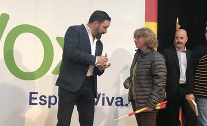 Santiago Abascal, líder de Vox, firma un autógrafo en un mitín en Teruel.