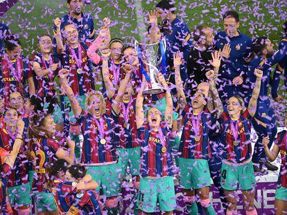 Las jugadoras del Barça levantan el trofeo de la Champions League femenina de la temporada 2020-2021.