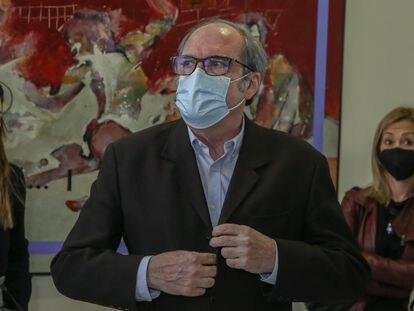 El candidato socialista a las elecciones autonómicas madrileñas, Ángel Gabilondo, a su llegada al Comité Regional de las Juventudes del partido, en Fuenlabrada (Madrid) el domingo.
