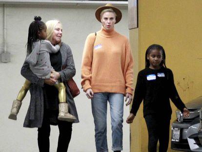 Charlize Theron con su hija Jackson y su madre, Gerda Martiz, que sostiene en brazos a la otra hija de la actriz, August, en Los Ángeles a principios de este mes.