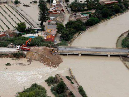 Vista aérea de la ciudad de Almoradí (Alicante) durante la dana de septiembre. En vídeo, Celáa anuncia las inversiones del Gobierno para reparar los daños.