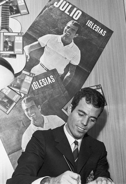 Julio Iglesias firmando discos en unos grandes almacenes de Madrid en 1968.