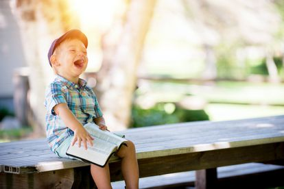 Un niño se ríe a carcajadas.