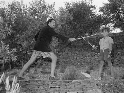 Salvador Dalí  y Joan Figueres juegan con espadas en Portlligat en1951, en una foto de Ricard Sans.