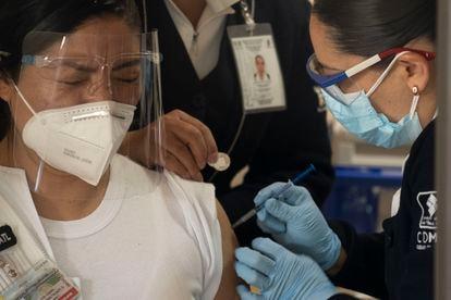 Plan de vacunación contra la covid-19 en elHospitalCentralMilitarde la Sedenaparapersonal médico.