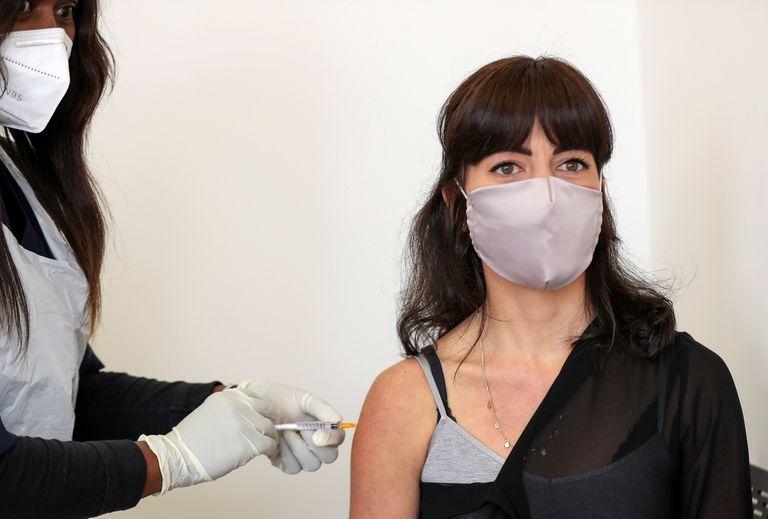 Una voluntaria recibe una vacuna experimental contra la covid en Johannesburgo (Sudáfrica), el 27 de agosto.