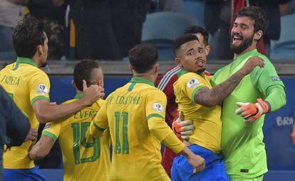 Los jugadores de Brasil celebran la victoria ante Paraguay.