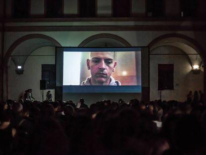Proyección de 'Sulla mia pelle' de Alessio Cremonini en el centro social de Labas, Bolonia.
