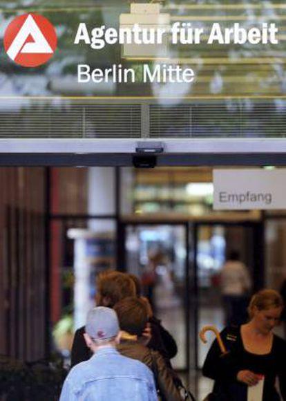 En la imagen, varias personas entrando en una Agencia de Empleo en Berlín, Alemania. EFE/Archivo