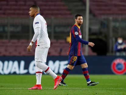 Messi mira de reojo a Mbappe durante el partido entre el Barcelona y el PSG en el Camp Nou el pasado 16 de febrero.
