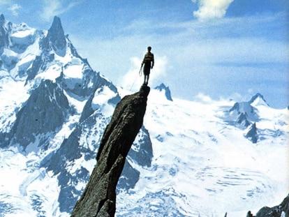 Gaston Rébuffat en la cima del Roc, en el valle de Chamonix, con el Diente del gigante de fondo.
