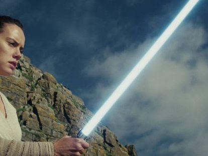 Daisy Ridley, que encarna a Rey, en el templo jedi de 'Los últimos jedi'.