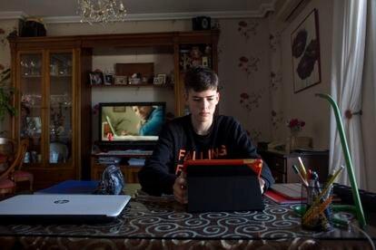 El alumno Emmanuel  Gálvez, en su casa de Estación de Cártama (Málaga), mientras estudia.