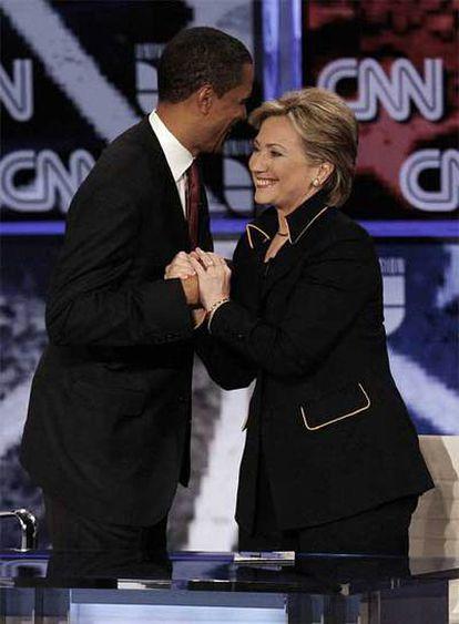 Barack Obama y Hillary Clinton se saludan tras el debate de la semana pasada en Tejas.