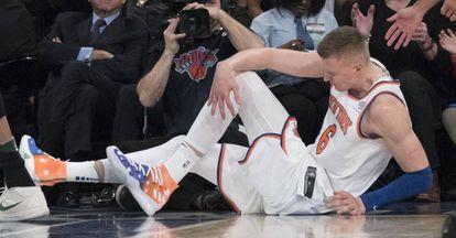 Kristaps Porzingis, de los New York Knicks forward, se toca la rodilla después de caer lesionado, este martes en el Madison Square Garden.