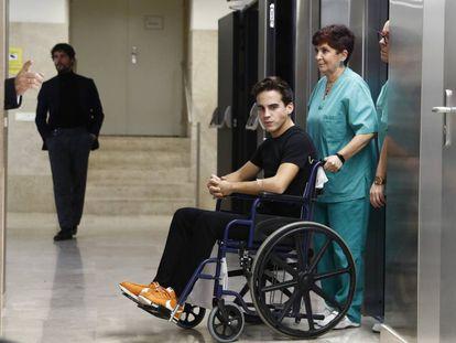 El torero Gonzalo Caballero, saliendo del hospital tras su alta médica en Madrid.