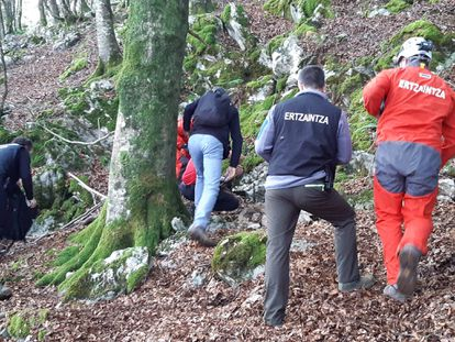 Agentes de la Ertzaintza trabajan en el bosque donde ha sido localizado un zulo.