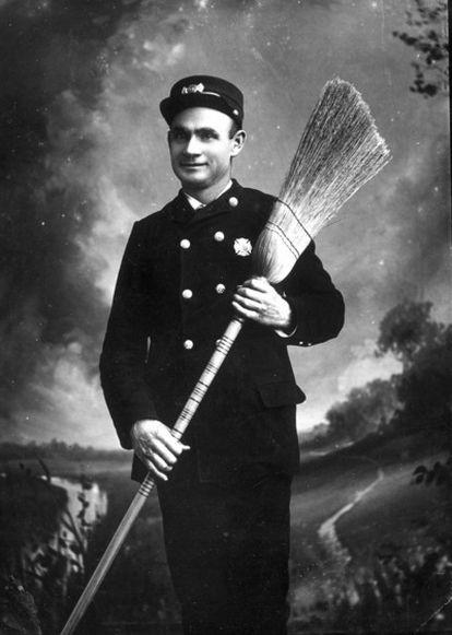 Un bombero de Florida posa con su escoba, en una imagen datada entorno a 1911 (fotografía de 'State Library and Archives Florida').