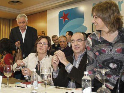 Adán abre una botella de agua, entre Vázquez, a su derecha, y Jorquera y Prado, a su izquierda